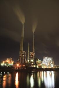 御影大橋付近から眺める工場の夜景の写真素材 [FYI03871490]