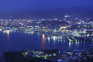 太華山から望む徳山湾と周南市工場地帯の夜景の写真素材 [FYI03871494]