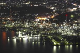 太華山から望む徳山湾と周南市工場地帯の夜景の写真素材 [FYI03871495]
