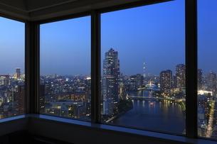 勝どき付近から望む隅田川と高層マンションの窓辺の夜景の写真素材 [FYI03871608]