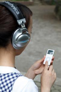 ipodを使用する女性の写真素材 [FYI03871862]