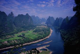 り江と山並みの写真素材 [FYI03871982]