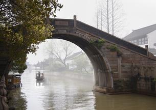 古街の橋と運河の写真素材 [FYI03872015]