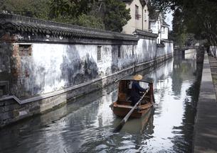 古街の塀沿いの運河の写真素材 [FYI03872018]