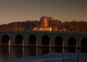 頤和園 十七孔橋より仏香閣を望むの写真素材 [FYI03872041]