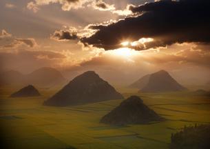羅平 菜の花畑の日の出の写真素材 [FYI03872043]