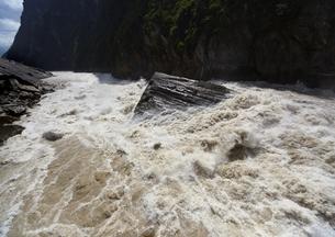 麗江の虎跳峡の写真素材 [FYI03872053]