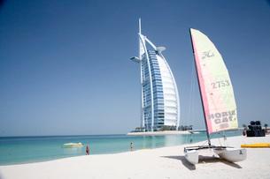 白砂のビーチとバージュ・アル・アラブの写真素材 [FYI03872061]