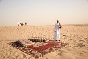 砂漠と鷹狩りの男性の写真素材 [FYI03872064]