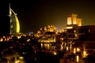 マディナ・ジュメイラから眺めた夜景の写真素材 [FYI03872069]