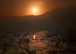 元陽の棚田を照らす朝日の写真素材 [FYI03872070]