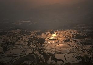 元陽の棚田を照らす朝日の写真素材 [FYI03872071]