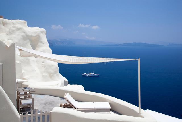 青い空と海を望む優雅なテラスの写真素材 [FYI03872087]