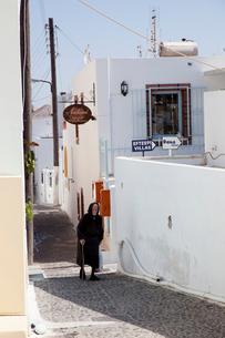 日陰を歩く老婆の写真素材 [FYI03872088]