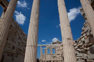 空に伸びる石柱の写真素材 [FYI03872101]