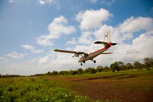 セスナの着陸シーンの写真素材 [FYI03872124]