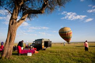 朝食の用意のそばに着陸した気球の写真素材 [FYI03872129]