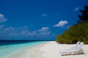 誰もいない静かな海のビーチチェアの写真素材 [FYI03872153]