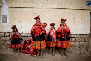 昔ながらの生活を営む村の女性と子供の写真素材 [FYI03872172]