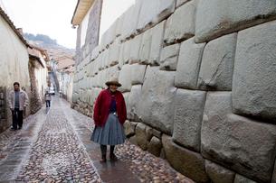 12角の石周辺を歩く老婆の写真素材 [FYI03872173]