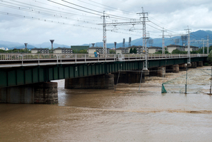 桂川に架かる阪急電鉄の鉄橋の写真素材 [FYI03873088]