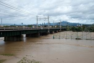 桂川に架かる阪急電鉄の鉄橋の写真素材 [FYI03873089]