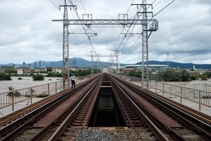台風で増水した桂川に架かる鉄橋の写真素材 [FYI03873095]