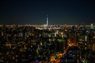 文京シビックセンターから見えるスカイツリーの写真素材 [FYI03874320]