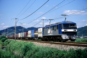 山陽本線を走るEF210形牽引の貨物列車の写真素材 [FYI03875596]
