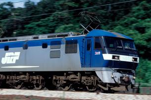 EF210形電気機関車の流し撮りの写真素材 [FYI03875602]