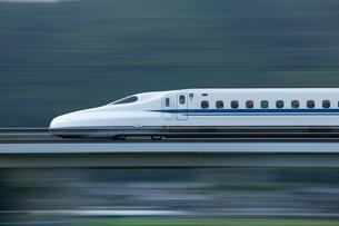 N700系新幹線のぞみの先頭車の流し撮りの写真素材 [FYI03875607]