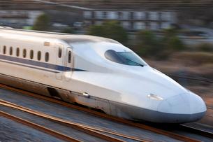 N700系新幹線のぞみの先頭車の流し撮りの写真素材 [FYI03875608]