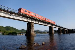 津山線旭川橋梁を走るキハ47系気動車の写真素材 [FYI03875619]