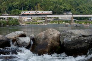 津山線旭川橋梁を走るキハ120形気動車の写真素材 [FYI03875622]