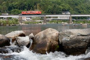 津山線旭川橋梁を走るキハ40形気動車の写真素材 [FYI03875623]