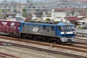 山陽本線を走るEF210電気機関車牽引の貨物列車の写真素材 [FYI03875635]