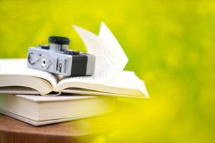 菜の花畑の本とカメラの写真素材 [FYI03875657]