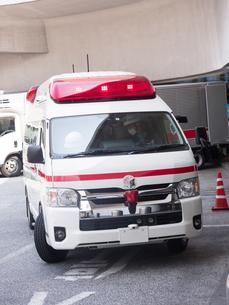 患者を待つ救急車の写真素材 [FYI03876533]