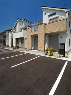 集合住宅の駐車場の写真素材 [FYI03876560]