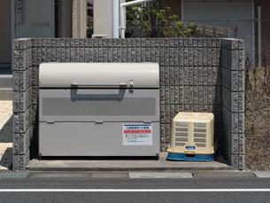 集合住宅のゴミ集積所の写真素材 [FYI03876564]