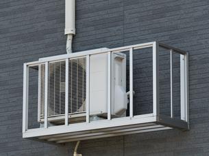 外壁に設置された室外機の写真素材 [FYI03876575]