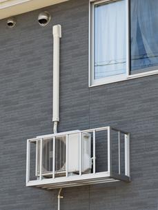 外壁に設置された室外機の写真素材 [FYI03876579]
