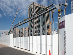 高層マンションの建設現場の写真素材 [FYI03876709]