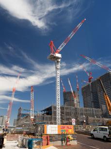 高層マンションの建設現場の写真素材 [FYI03876710]