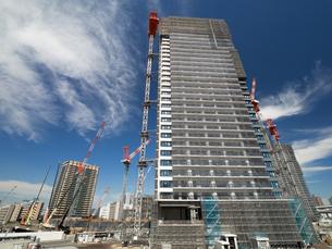 高層マンションの建設現場の写真素材 [FYI03876715]