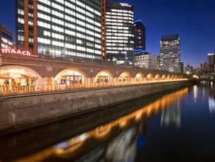 神田川とマーチエキュート神田万世橋の写真素材 [FYI03876778]