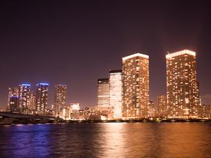 夕暮れの晴海大橋と高層マンションの写真素材 [FYI03876806]