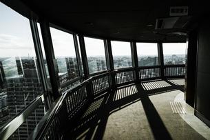マリンタワーから見える横浜の街並み(モノクローム)の写真素材 [FYI03876851]