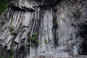 玄武洞公園の青龍洞の柱状節理の写真素材 [FYI03876993]