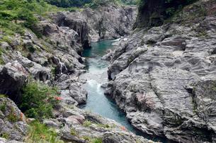 飛水峡 -層状チャートからなる飛騨川峡谷-の写真素材 [FYI03877005]